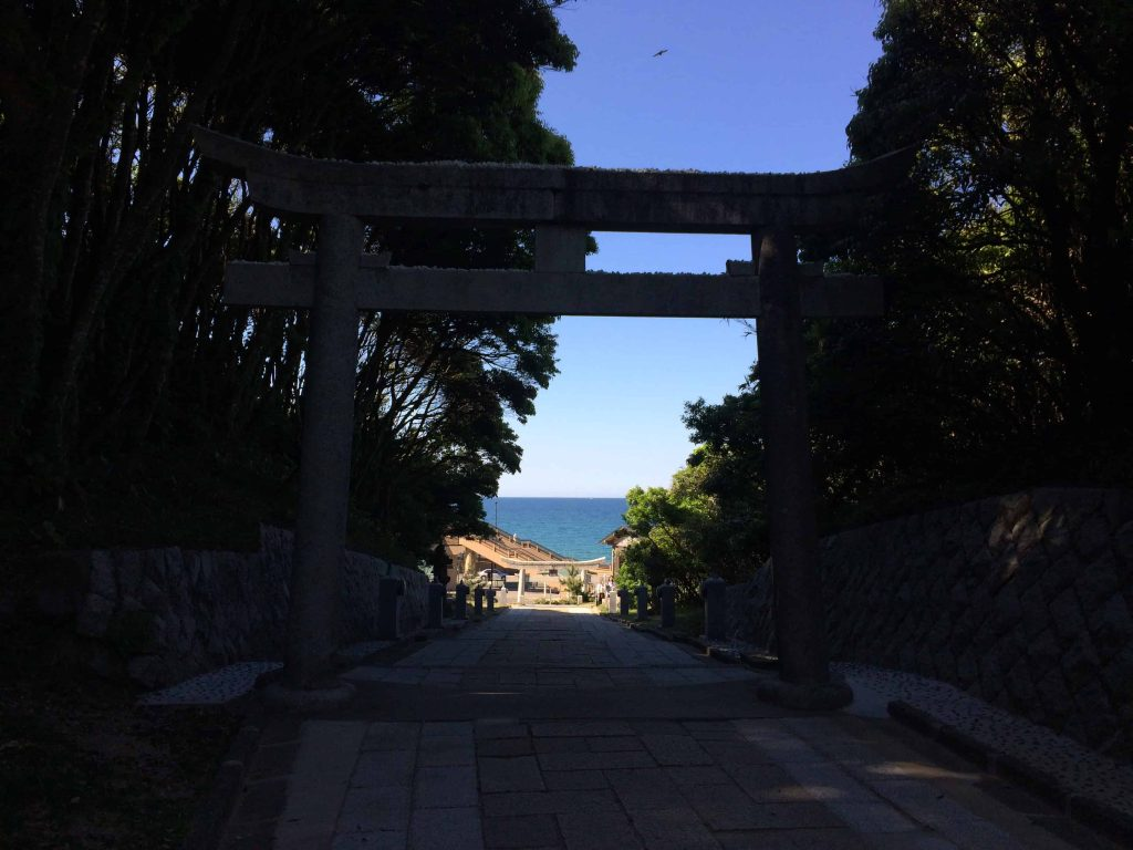 hakuto shrine gate tori
